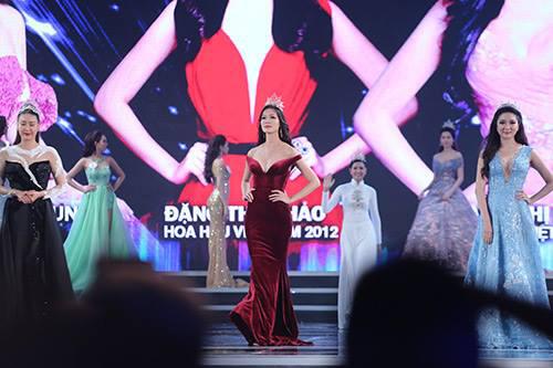 """Váy sexy đến """"nín thở"""" của Thùy Dung ở chung kết HHVN - 5"""
