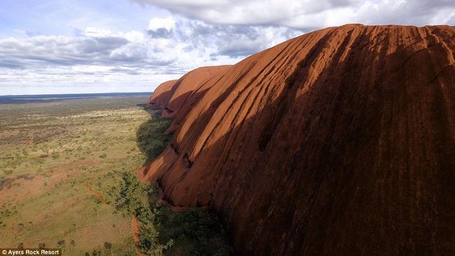 Video quay đá thiêng lớn nhất thế giới ở Úc từ trên cao - 4