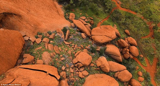 Video quay đá thiêng lớn nhất thế giới ở Úc từ trên cao - 3