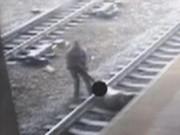 Thế giới - Cảnh sát liều mình cứu người ngay trước đoàn tàu ở Mỹ