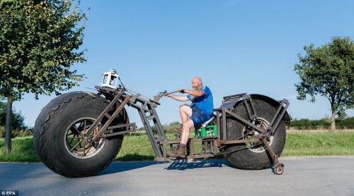 Choáng với chiếc xe đạp dùng bánh máy kéo nặng nhất thế giới - 1