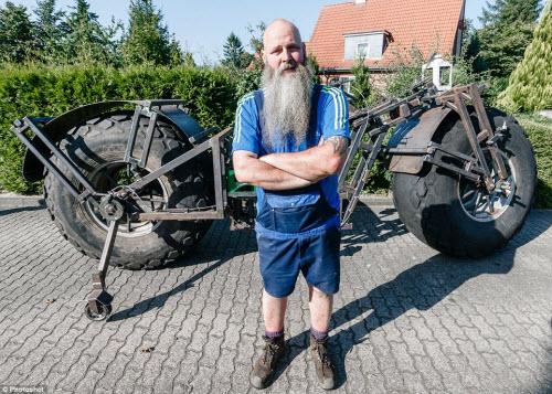 Choáng với chiếc xe đạp dùng bánh máy kéo nặng nhất thế giới - 2