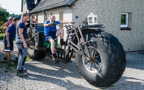Choáng với chiếc xe đạp dùng bánh máy kéo nặng nhất thế giới - 4