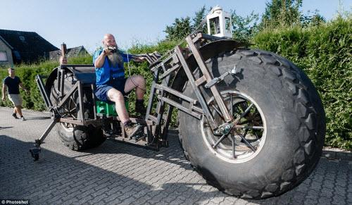 Choáng với chiếc xe đạp dùng bánh máy kéo nặng nhất thế giới - 5