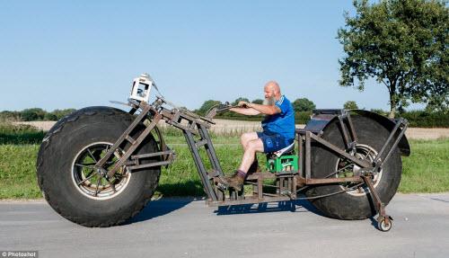 Choáng với chiếc xe đạp dùng bánh máy kéo nặng nhất thế giới - 6