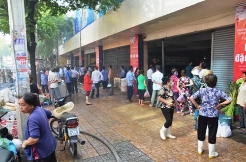 TP.HCM: Cháy siêu thị Co.opmart, tiểu thương nháo nhào di dời tài sản - 2