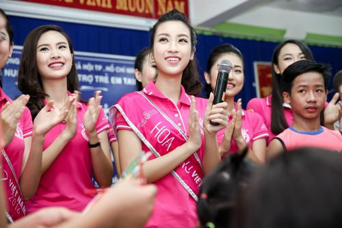Hoa hậu Mỹ Linh rưng rưng nước mắt khi làm từ thiện - 3