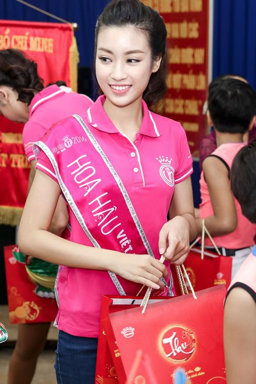 Hoa hậu Mỹ Linh rưng rưng nước mắt khi làm từ thiện - 2