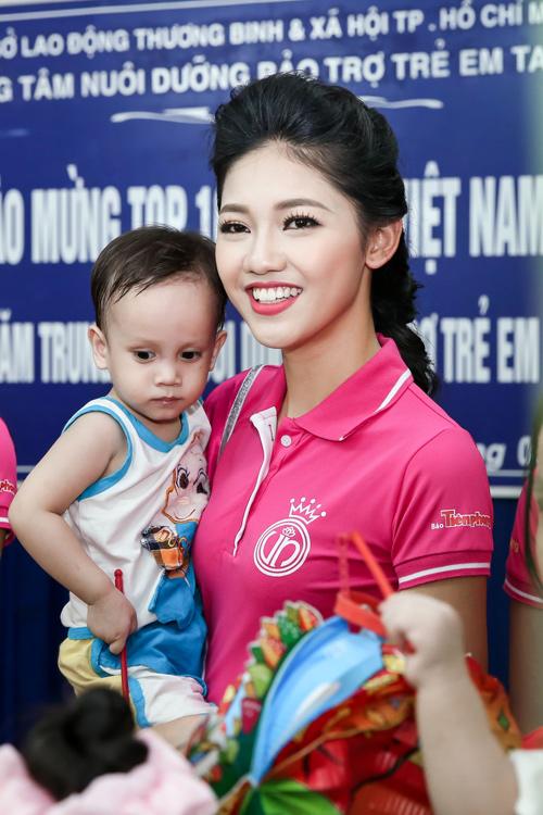 Hoa hậu Mỹ Linh rưng rưng nước mắt khi làm từ thiện - 4
