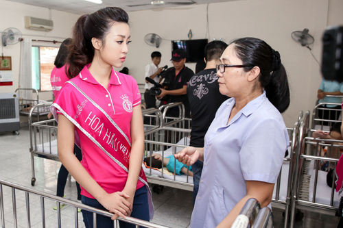 Hoa hậu Mỹ Linh rưng rưng nước mắt khi làm từ thiện - 1