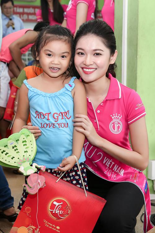Hoa hậu Mỹ Linh rưng rưng nước mắt khi làm từ thiện - 6