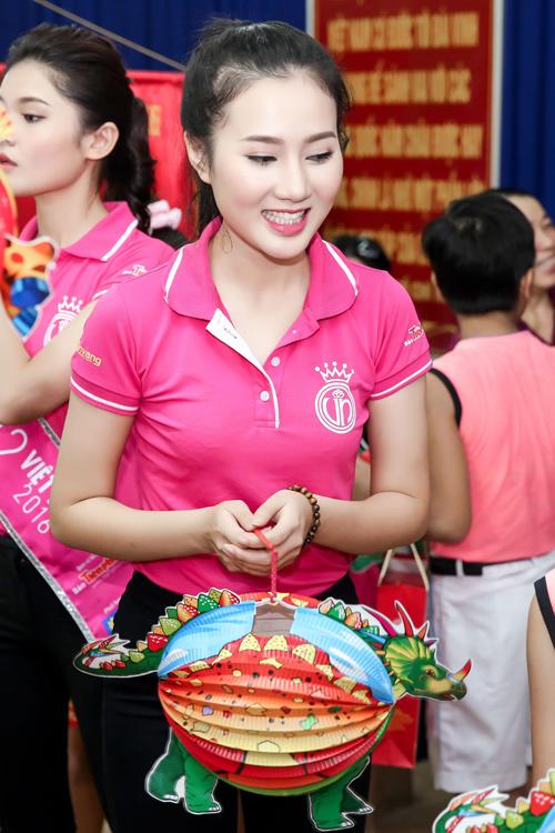 Hoa hậu Mỹ Linh rưng rưng nước mắt khi làm từ thiện - 7