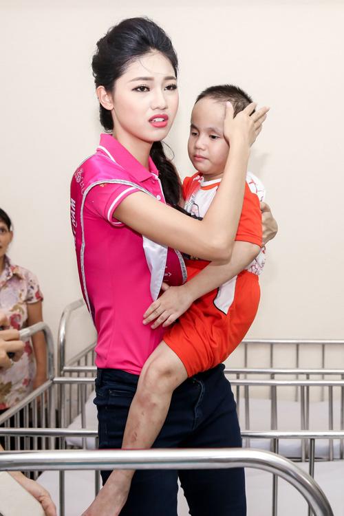 Hoa hậu Mỹ Linh rưng rưng nước mắt khi làm từ thiện - 5