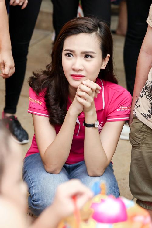 Hoa hậu Mỹ Linh rưng rưng nước mắt khi làm từ thiện - 8