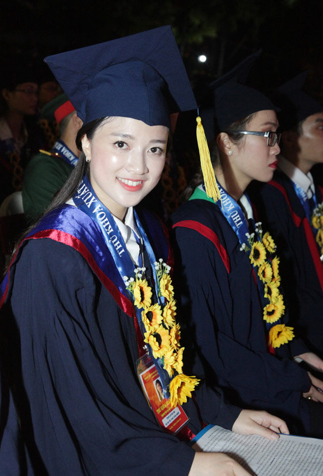 Phạm Quỳnh Anh (sinh năm 1992, quê Thái Bình) là sinh viên khoa Mỹ thuật truyền thống - trường ĐH Mỹ thuật Công nghiệp Hà Nội.