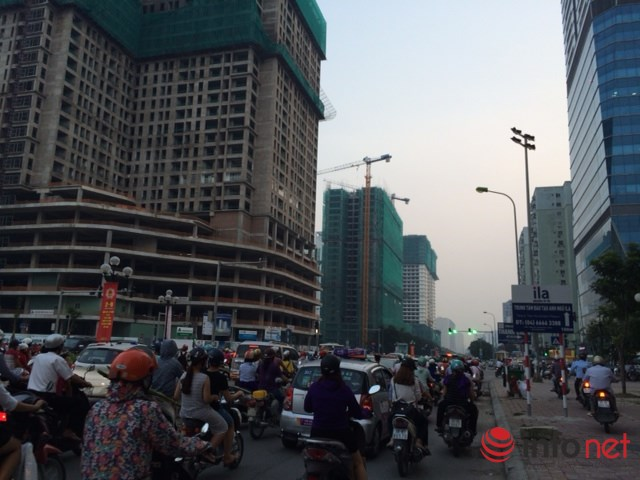 HN: Đường sá ngày càng tắc nghẹt vì chung cư bủa vây - 1