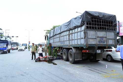 Hai cha con gặp nạn dưới bánh xe tải - 1