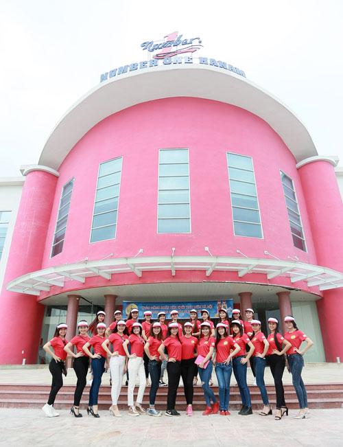 """Top 25 """"Hoa khôi sinh viên Hà Nội"""" thăm nhà máy Number 1 Hà Nam - 1"""