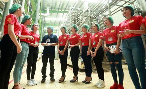 """Top 25 """"Hoa khôi sinh viên Hà Nội"""" thăm nhà máy Number 1 Hà Nam - 6"""