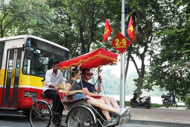 """Phố phường Hà Nội """"khoác áo mới"""" đón Tết Độc lập - 8"""