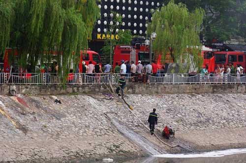 Hút nước sông Tô Lịch chữa cháy quán karaoke ở HN - 3