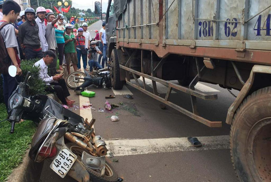 Xe tải tông hàng loạt xe dừng đèn đỏ, cán nát chân 1 phụ nữ - 1