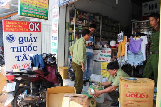 """Thu giữ hàng ngàn """"hàng sung sướng"""" mua từ chợ Kim Biên - 1"""