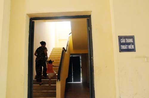"""Thang máy chung cư tê liệt, trẻ nhỏ """"bò"""" cầu thang bộ - 4"""