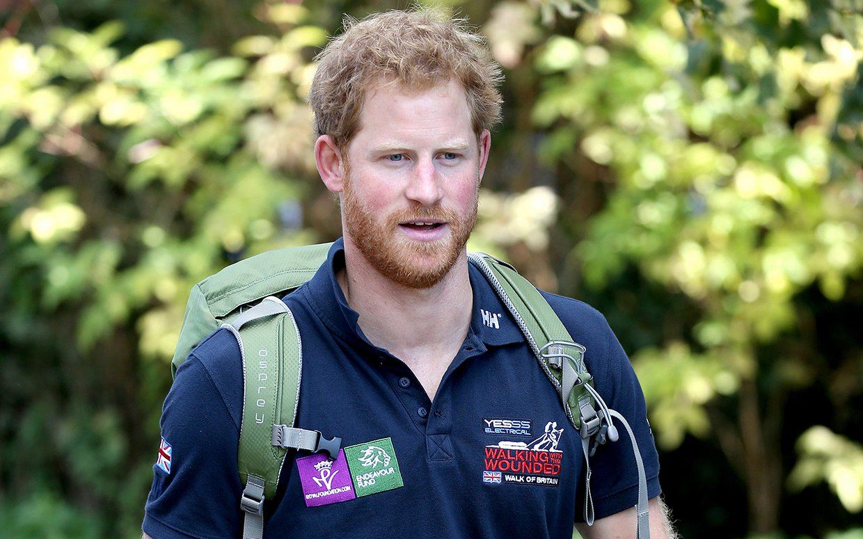 Hoàng tử Anh gây sốt khi lao vào giải cứu cá sấu châu Phi - 1