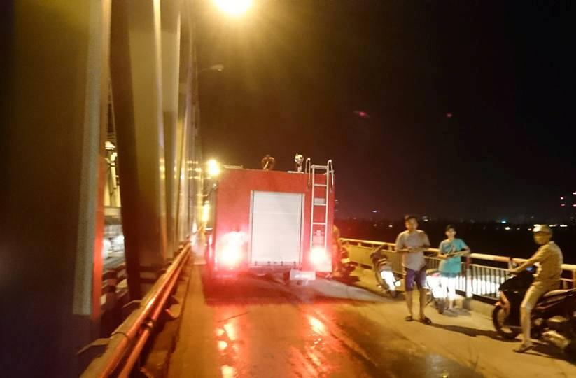 HN: Thanh niên đốt xe, nhảy múa trên cầu Chương Dương - 2