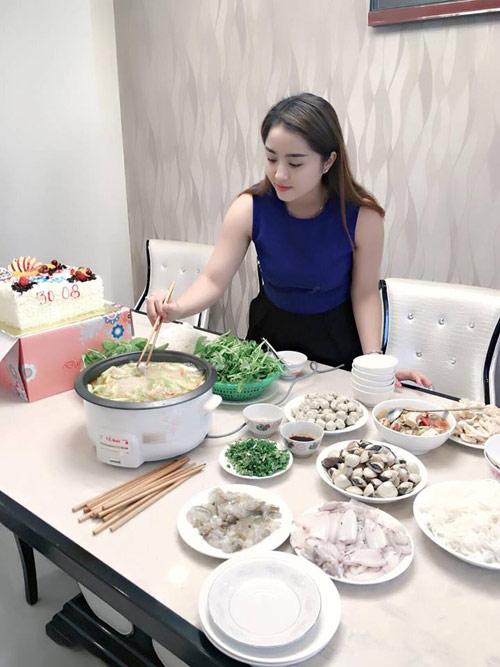 Cô vợ xinh đẹp Đà Nẵng được chồng tặng xe 7 tỷ - 8