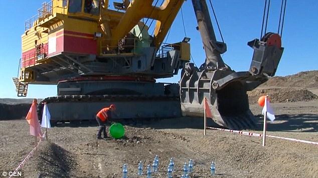 Video: Ngoạn mục màn dùng máy xúc đá khổng lồ chơi bowling - 1