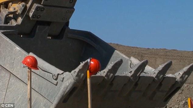 Video: Ngoạn mục màn dùng máy xúc đá khổng lồ chơi bowling - 2
