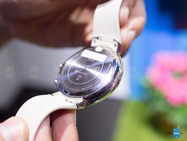 Về thiết kế ZenWatch 3 sở hữu kiểu dáng cổ điển với mặt tròn, dây da chất lượng cao nên tổng thể máy rất thể thao và lịch lãm