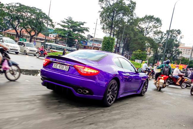 Chiếc xe mang thương hiệu  đinh ba  Maserati mang biển Hà Nội cùng màu sắc lạ mắt khiến không ít người cảm thấy thích thú.