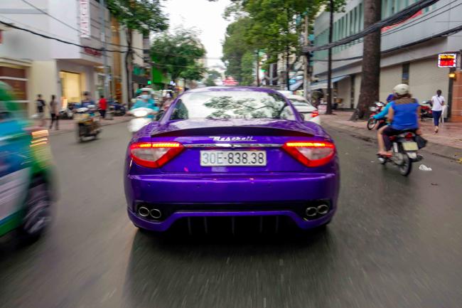 Thời gian gần đây, không ít người dân Sài Gòn phải thốt lên ngỡ ngàng khi bắt gặp một chiếc xe màu tím thường xuyên diễu phố.