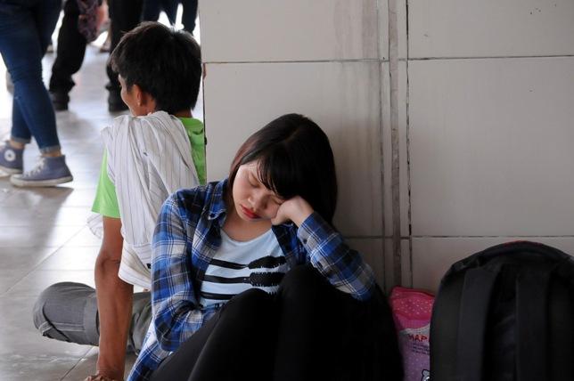 Người lớn, trẻ nhỏ ngủ vạ vật chờ xe về quê nghỉ lễ 2/9 - 8