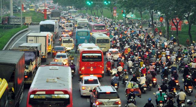 Người dân rồng rắn rời Sài Gòn về quê nghỉ lễ - 1