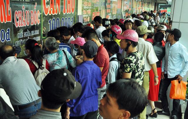 Người dân rồng rắn rời Sài Gòn về quê nghỉ lễ - 2