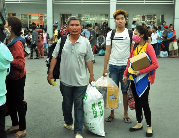 Người dân rồng rắn rời Sài Gòn về quê nghỉ lễ - 3