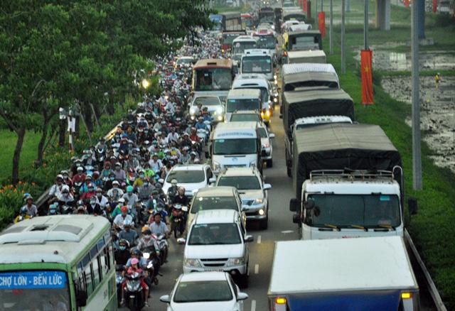 Người dân rồng rắn rời Sài Gòn về quê nghỉ lễ - 9