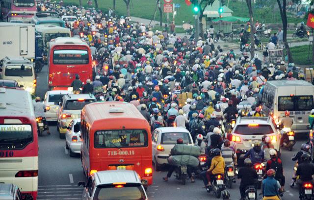 Người dân rồng rắn rời Sài Gòn về quê nghỉ lễ - 10
