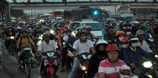 Người dân rồng rắn rời Sài Gòn về quê nghỉ lễ - 14