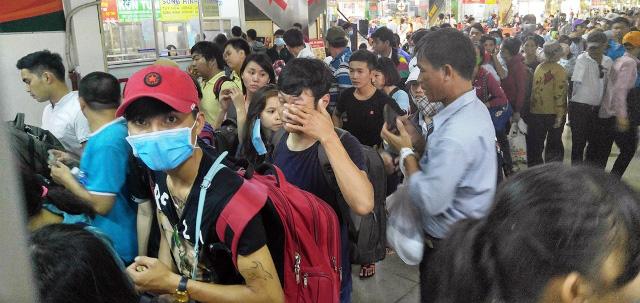 Người dân rồng rắn rời Sài Gòn về quê nghỉ lễ - 16