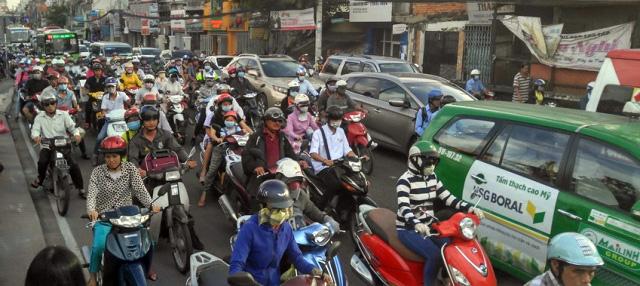 Người dân rồng rắn rời Sài Gòn về quê nghỉ lễ - 17