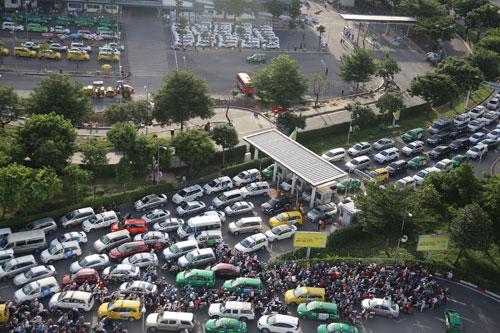 Người dân rồng rắn rời Sài Gòn về quê nghỉ lễ - 18