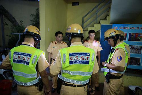 Cận cảnh áo phản quang, gậy nhấp nháy của CSGT Hà Nội - 4