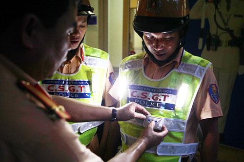 Cận cảnh áo phản quang, gậy nhấp nháy của CSGT Hà Nội - 5