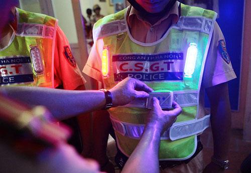 Cận cảnh áo phản quang, gậy nhấp nháy của CSGT Hà Nội - 6