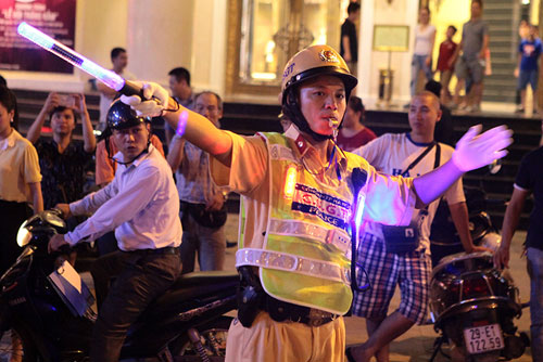 Cận cảnh áo phản quang, gậy nhấp nháy của CSGT Hà Nội - 9
